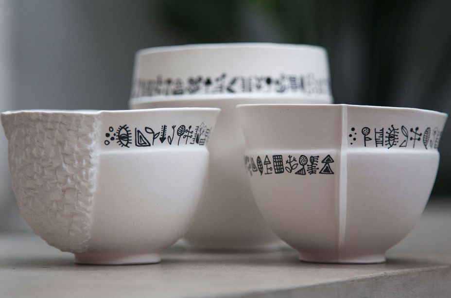 Nicole Toldi participou da 31ª Paralela com a coleção Símbolos, em parceria com sua filha e sócia Luiza Toldi. Suas peças de porcelana crua são sempre únicas, já que seus moldes sempre passam por modificações, fazendo com que nenhuma peça seja igual a outra.