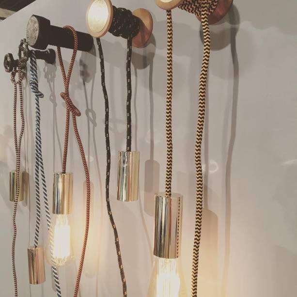 O stand da Avesso recebeu um charme especial com as luminárias de corda de Nora Ota.