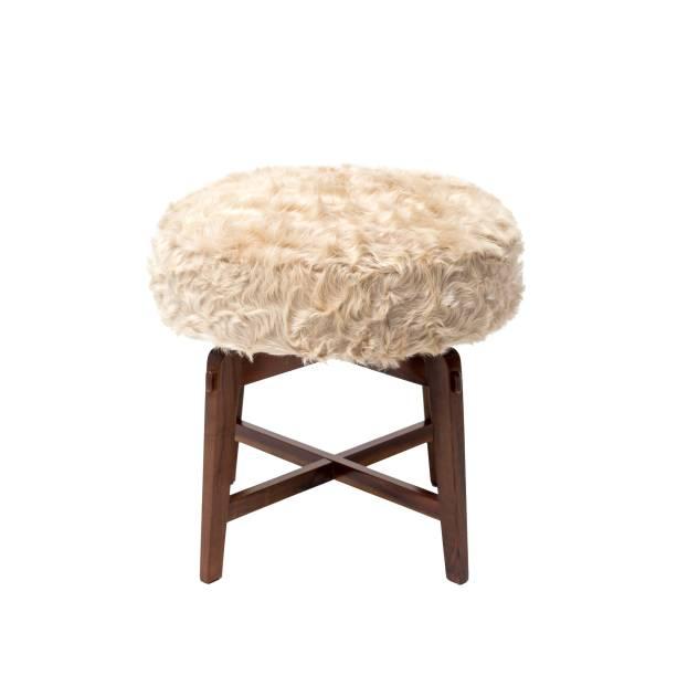 <span>Entre as peças expostas na feira, a Escrivaninha Dona em madeira Sucupira com acabamentos em couro ecológico e o Banco Gwen em madeira imbuia com estofado em pele natural bovina.</span>