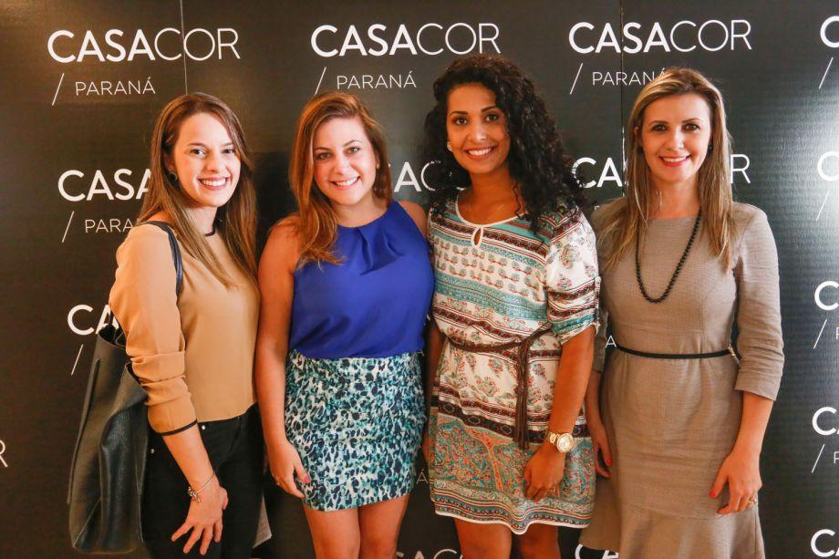 A equipe comercial do jornal Gazeta do Povo com a arquiteta Fernanda Distéfano (azul).