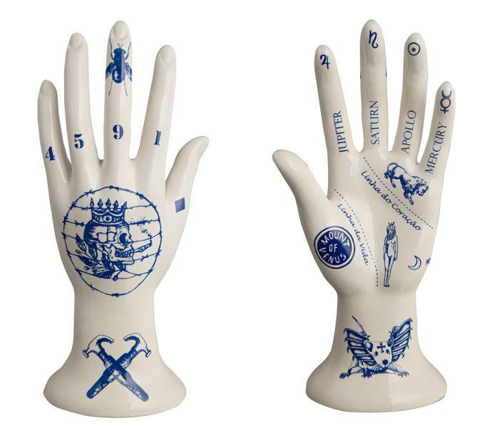 Evelyn Tannus é uma artista plástica conhecida por suas mãos de cerâmicas tatuadas. Seu estilo urbano e contemporâneo tem uma identidade visual marcante: a aproximação da linguagem da tatuagem com motivos femininos, religiosos, étnicos e mitológicos.