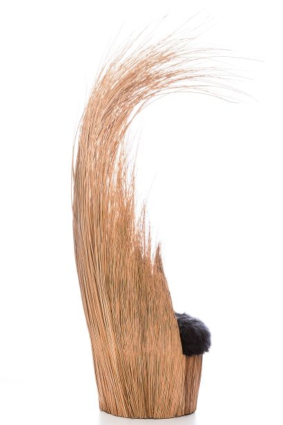 Na Paralela Gift, o designer apresentou a poltrona Savana. Inspirada em uma moita de capim, uma touceira, que se move com o vento, a peça foi executada em Vime, sem qualquer estrutura metálica ou em madeira.