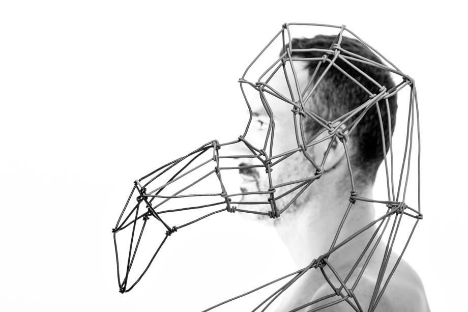 O artista plástico argentino Roberto Romero se inspirou na arte milenar japonesa dos origamis para criar a sua nova coleção das peças em arame,objetos decorativosde leveza tridimensional que flutuam na forma de araras,tucanos, flamingos, beija-flores e corujas.