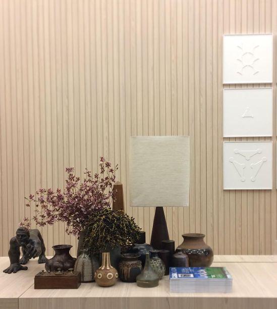 O escritório Yamagata Arquitetura assina o estande da Revista CASACLAUDIA. O objetivo dos profissionais foi criar uma atmosfera de casa, mas também um efeito lúdico. Equilibraram a decoração do lugar trazendo referências orientais, com um mobiliário mais vintage, muito verde, madeira e obras de arte contemporâneas
