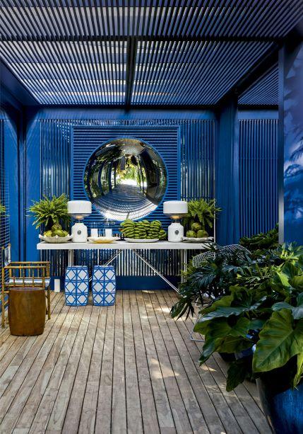 Vencedor 2014: Os tons do mar invadiram o projeto deste refúgio de praia, de 500 m², construído para a mostra CASACOR São Paulo 2013 por Roberto Migotto. Logo na entrada, o charme da ambientação se pronuncia. Sob o pergolado pintado de azul-klein, um belo arranjo de móveis e espelho.