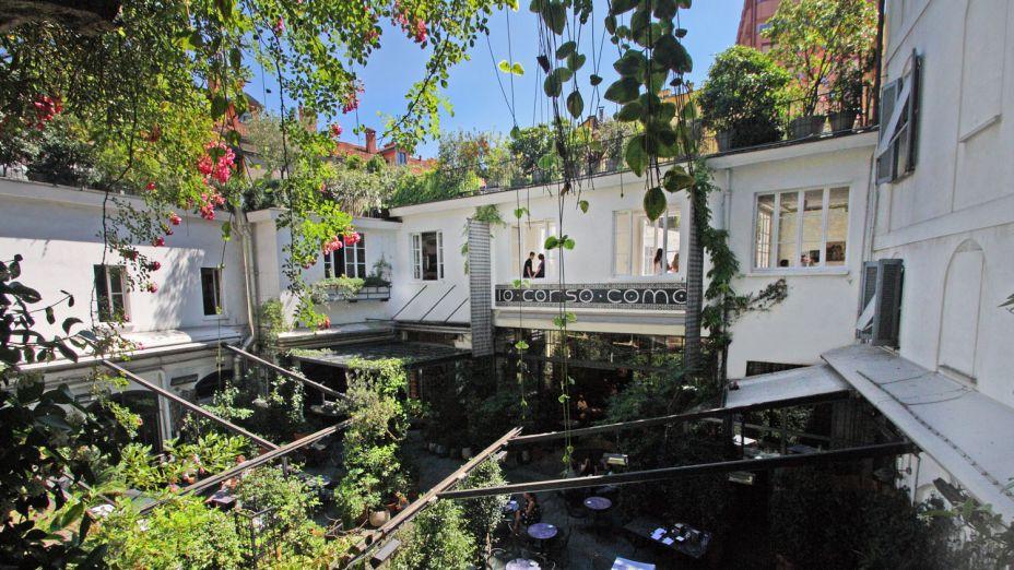 """#10 - 10 Corso Como/ Galeria Carla Sozzani -Inaugurada em 1991, por uma ex-editora da Vogue italiana, a <b>10 Corso Como</b> é a loja mais bacana de Milão. Ela traz um misto de roupas, peças de design, livraria, galeria de arte, hotel e restaurante e é um ótimo lugar para ficar um tempo e apreciar um bom drinque. Durante a Semana de Design, o local sediará a exposição <b>Pierre Cardin. Les Sculptures Utilitaires</b>, apresentada pela Galleria Carla Sozzani. As """"Sculptures Utilitaires"""" são os projetos de móveis e iluminação em que Pierre Cardin, o escultor da moda, traduziu suas formas geométricas, seus cortes simétricos e suas curvas, em interiores. Deste caminho emergiram novas formas futuristas que combinavam as artes da tradicional laca e armário de madeira com a geometria. Esta intuição inovadora de Pierre Cardin tornou-se componente estrutural e estético de seus projetos."""