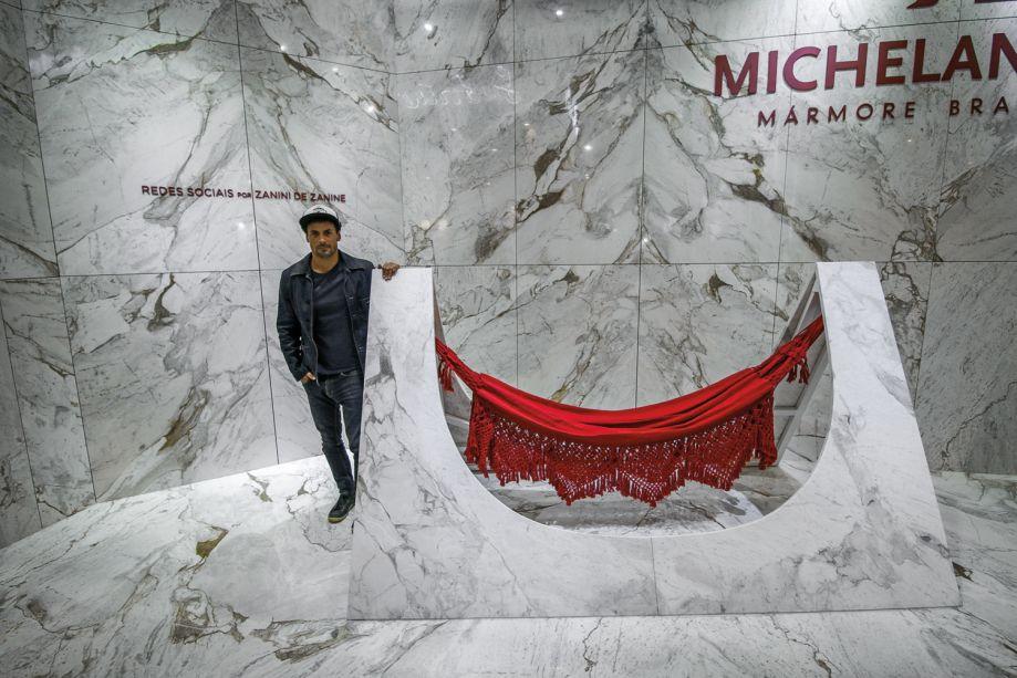 Zanini de Danine também assina o estande da Michelangelo, uma obra escultural batizada de Redes Sociais e revestido pelo mármore Nuvolatto, extraído de jazidas brasileiras.