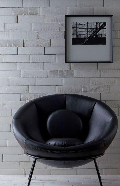 A <strong>Lepri</strong>apresenta pisos e revestimentos cerâmicos sustentáveis, desenvolvidos para facilitar a mão de obra e decorar áreas externas e internas. Em destaque, o Brick Metallo Natura, que reproduz a aparência de tijolos de demolição, com veios ressaltados e toque metalizado. O Brick Metallo Contemporâneo, inspirado nos tijolos ingleses e norte-americanos, usa um processo exclusivo de esmaltação que, com a incidência da luz e a luminosidade do produto, cria um visual metalizado. Já o Brick Contemporâneo ganhou três novas tonalidades, Lombardia, Lacio e Calabria. Por fim, o Brick Anticatto – Macchiatto que traz um ar retrô. Esmaltado e com bordas de acabamento arredondado, textura lisa e toque aveludado, esse modelo pode ser aplicado em pisos e paredes de áreas internas e externas.