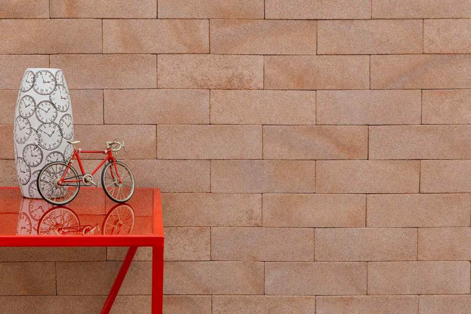 Entre as novidades da <strong>Palimanan</strong> está a Pedra Mediterrâneo, indicada para áreas secas e molhadas, branca com detalhes em cinza. Quando submersa, proporciona uma coloração azul acinzentada. A Linha de Tijolos 50 Tons, nas cores Shadow e Grafite, traz um aspecto contemporâneo para o tijolo aparente. Oferece neutralidade e leveza, além de fácil instalação. A Linha de Tijolos Deserto vem nas cores Patagônia, Atacama e Nazca e remete às areias do deserto. Por fim, o Tijolo Sicília – Cor Taormina, que surpreende pela leveza e nuances mais escuras que as demais peças da linha.