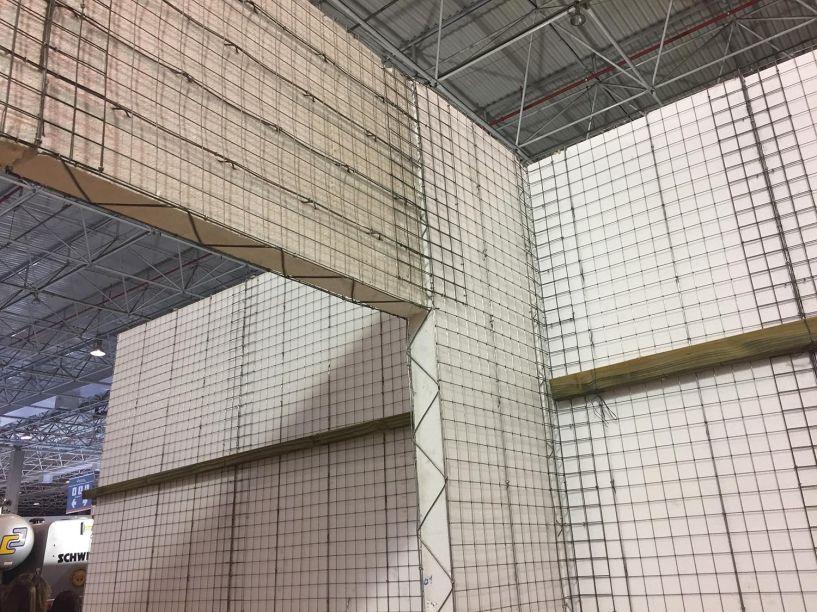 CANTEIRO DE OBRAS DO FUTURO - Após aplicação de argamassa e tinta, o Ecogrid (placas parecidas com isopor envolvidas por uma trama em ferro galvanizado) forma paredes resistentes. A obra fica 40% mais rápida, além de oferecer melhor desempenho térmico e acústico.