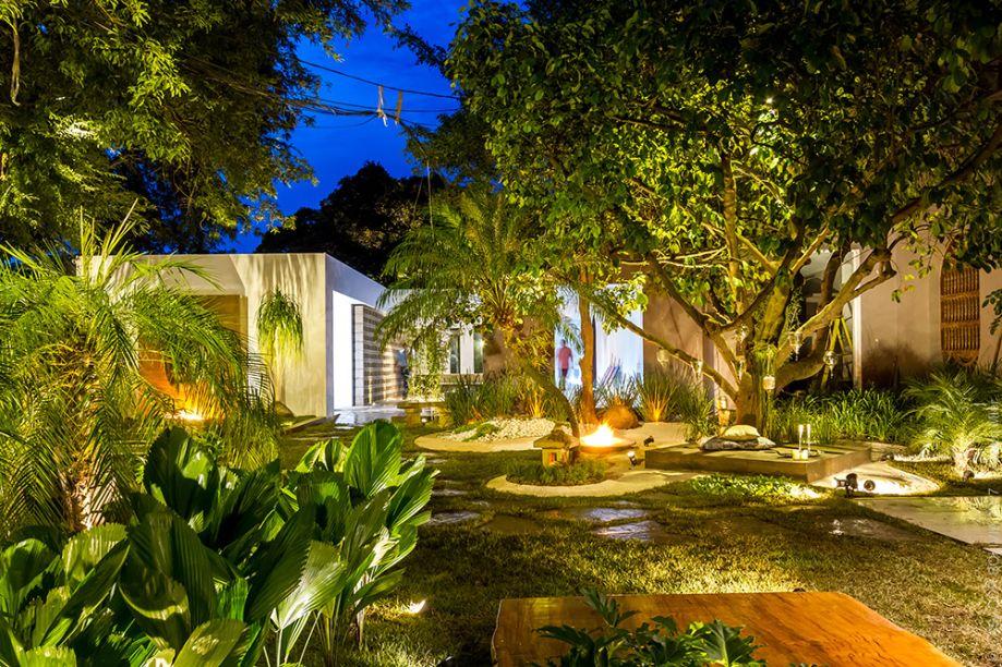 RICON DE BUDA - BETTY IBAÑEZ. Água, fogo, terra, madeira e metal se revezam na composição, que passeia entre o contemporâneo e o minimalismo. Houve um cuidado especial com o paisagismo e com os princípios do Feng Shui.