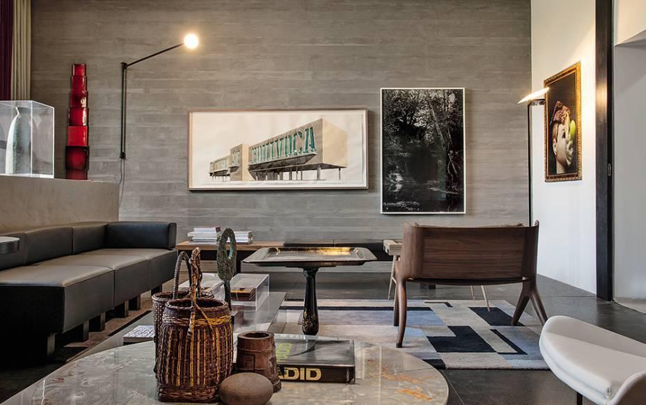 Desenhada pelo francês Jean Prouvé (1901-1984), a Arandela Potence (à esq.) imprime suavidade neste ambiente abraçado pelo concreto. O Espaço das Interlocuções foi criado por Pedro Lázaro para a CASACOR São Paulo 2016.