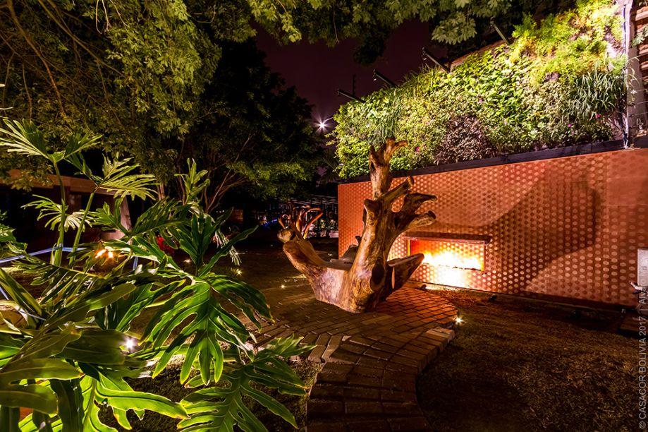 MISTICISMO TROPICAL - NATALA MUSILLO. Neste ambiente de 340 metros quadrados, um dos destaques é o jardim vertical de 30 metros de altura, que abriga mais de 20 espécies vegetais diferentes.