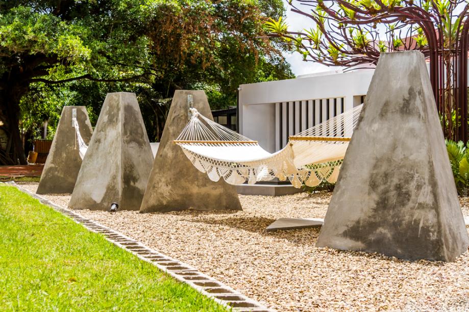 PATIO URBANO - JOSÉ FREDDY VACA E ROLANDO SCHRUPP. Um arquiteto e um engenheiro se unem para inovar a partir da simplicidade. Estruturas em concreto sustentam redes e convidam a relaxar no espaço ao ar livre, em um delicado equilíbrio entre o tecido cru, o concreto cinza e o verde da exuberante natureza ao redor.
