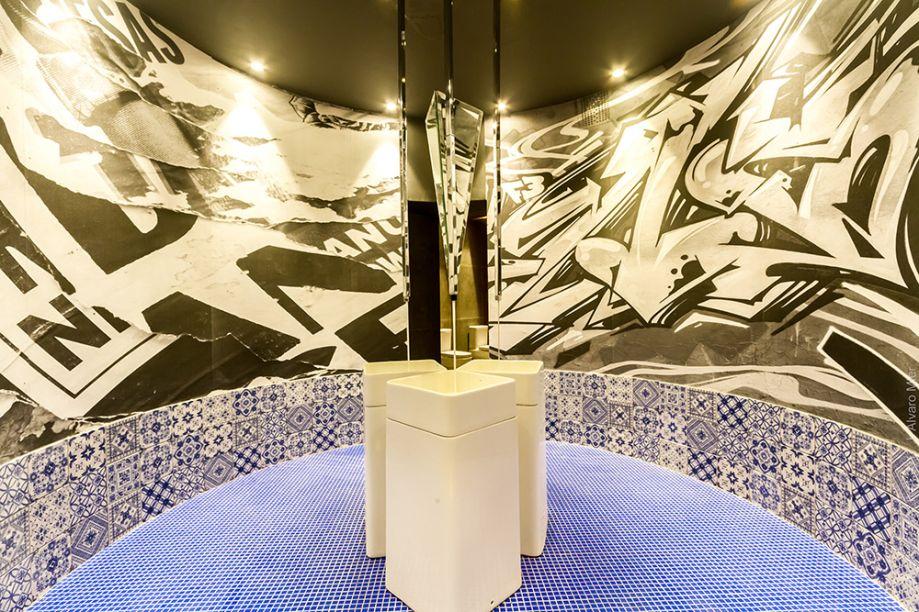 TOILETTE URBANO - SERGIO SUÁREZ. A ilusão de ótica com espelhos torna um espaço que seria comum muito mais intrigante. Conforme o visitante percorre o ambiente, descobre azulejos, pastilhados e um grafismo, com destaque para as novas linhas da Deca.