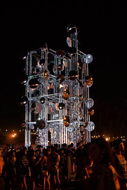 """Lamp beside the golden door, por Gustavo Prado.A instalação consistia em um """"farol espelhado para imigrantes"""".<span>O brasileiro teve a intenção de criar um ponto onde guiasse o público do festival, </span>que refletia a luz solar em uma infinidade de direções.<span></span>"""