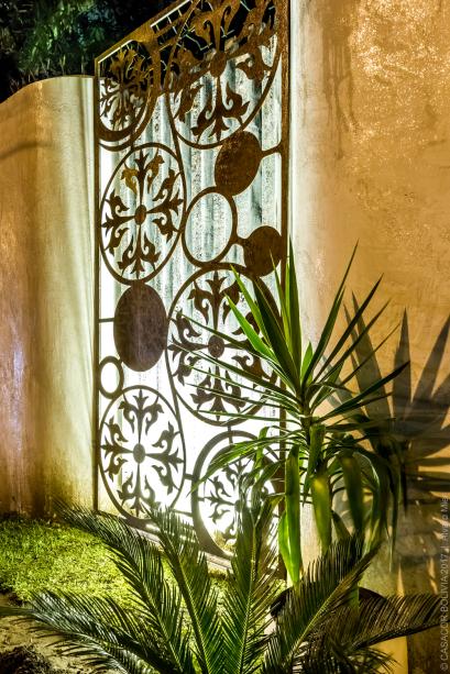 BOSQUE URBANO - ANITA FERNÁNDEZ. O painel em aço compunha a fachada original e foi atualizado com a técnica do corte a laser. Outro tesouro que vem à tona é a textura das pedras naturais, cujo brilho foi realçado pela aplicação de mica nas paredes.