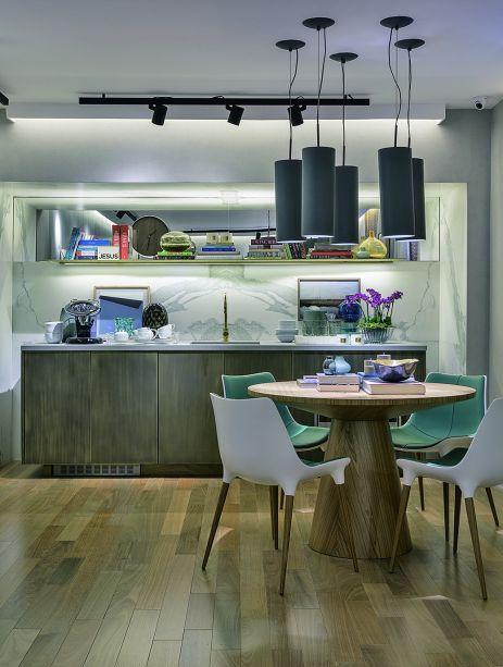O espaço Cinema em Casa, apresentado na CASACOR São Paulo 2016, foi projetado pelo arquiteto Bruno Gap, que também assina os pendentes que despontam acima da mesa. As peças são feitas de alumínio e receberam textura cinza chumbo no exterior.
