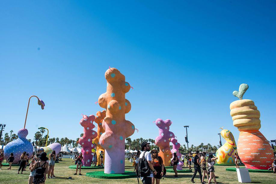Chiaozza Garden, por Chiaozza.O estúdio projetou uma instalação de jardim composta por uma série de estruturas de plantas lunáticas, inspiradas no deserto. Como um tipo de campo de golfe marciano, as massas estão envoltas em rabiscos e pontos.