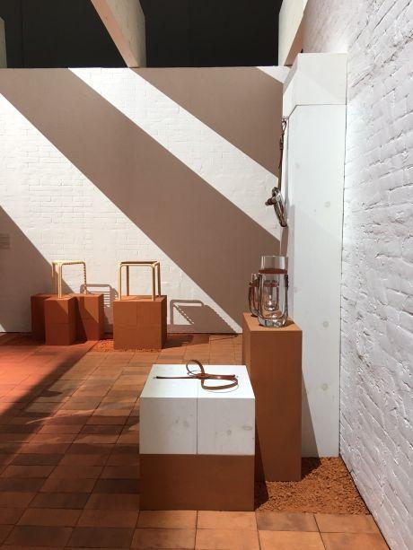 <b>Hermès – Home Collection 2017-2018</b><span> -</span>O couro, nas caixas, por exemplo, atua como a tampo; quando usado como uma correia sublinha a transparência dos vasos; e como um freio configura a geometria desorientada.