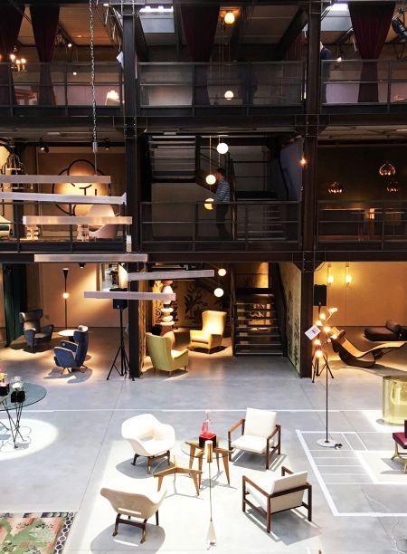 """<span><strong>Nilufar Gallery -</strong>Nina Yashar, à frente da Nilufar, sempre surpreende os visitantes que vãoa sua galeria, na via Della Spiga, 32. A sua curadoria e seleção de peças para da galeria</span><span>transforma o espaço em uma dos pontos mais importantes de design do mundo. O local foi desenhado pelo arquiteto Massimiliano Locatelli, de Milão, que se inspirou no famoso Teatro alla Scala para sua criação. Um átrio com piso de cimento central é cercado por três andares de varandas de metal preto em que pequenas cenas de móveis são iluminadas pelo projeto luminotécnico de Marco Rizzuto. Neste ano, Nina apresenta """"joaquim tenreiro michael anastassiades"""", uma exposição monográfica e dedicada ao pai do design brasileiro - Joaquim Tenreiro - que está em diálogo com a nova instalação 'fontana amorosa' de Michael Anastassiades.</span>"""