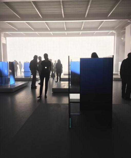 <b>Tokujin e LG – S.F_Senses of the Future</b> - A LG faz sua estreia com uma instalação, em parceria com o designer japonês Tokujin Yoshioka, que levou os visitantes a um sonho futurista, com imersão na luz e na tecnologia. O projeto foi batizado como S.F_Senses of the Future, composto por 17 cadeiras incandescentes, dispostas em uma extensa grade. Essas peças incandescentes eram feitas de painéis de OLED ultra-finos da LG – um tipo de fonte de luz que cria iluminação através de uma superfície e não de um ponto. Além disso, a exposição foi iluminada pela Wall Of The Sun (parede de sol, em português), que é um vasto mural de luz que melhora a inovadora tecnologia OLED da LG.