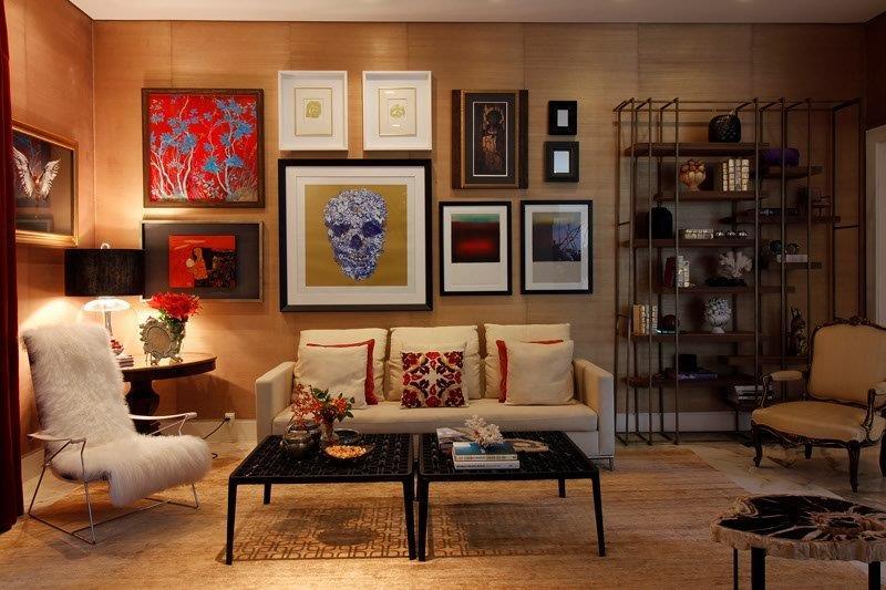 Neste ambiente, o designer priorizou o aconchego, que chega através dos tons escuros nas paredes e móveis, e pela iluminação bem dosada.