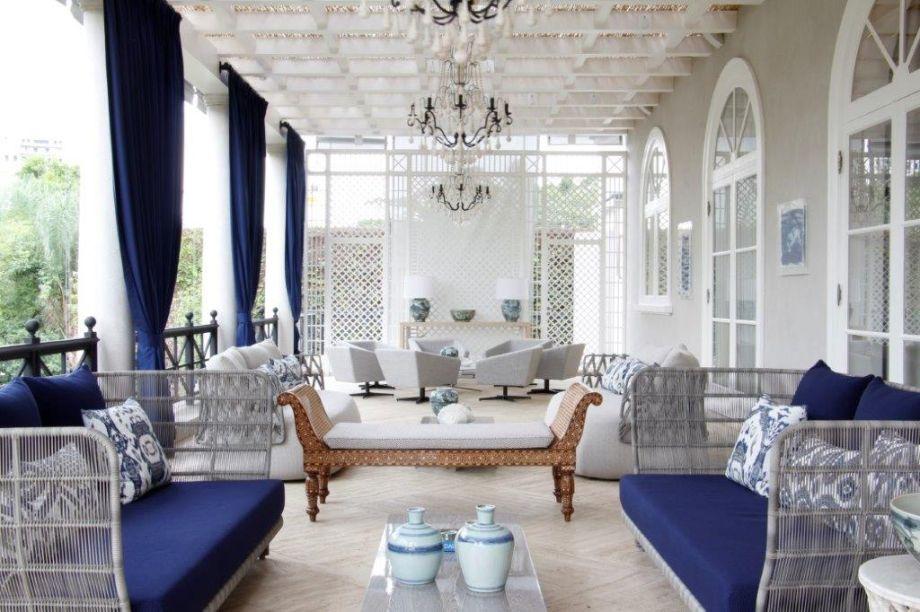 Os janelões de vidro, que permitem a entrada abundante de luz natural, armam o palco para os sofás italianos e os pingentes de madeira do lustre brilharem no décor.