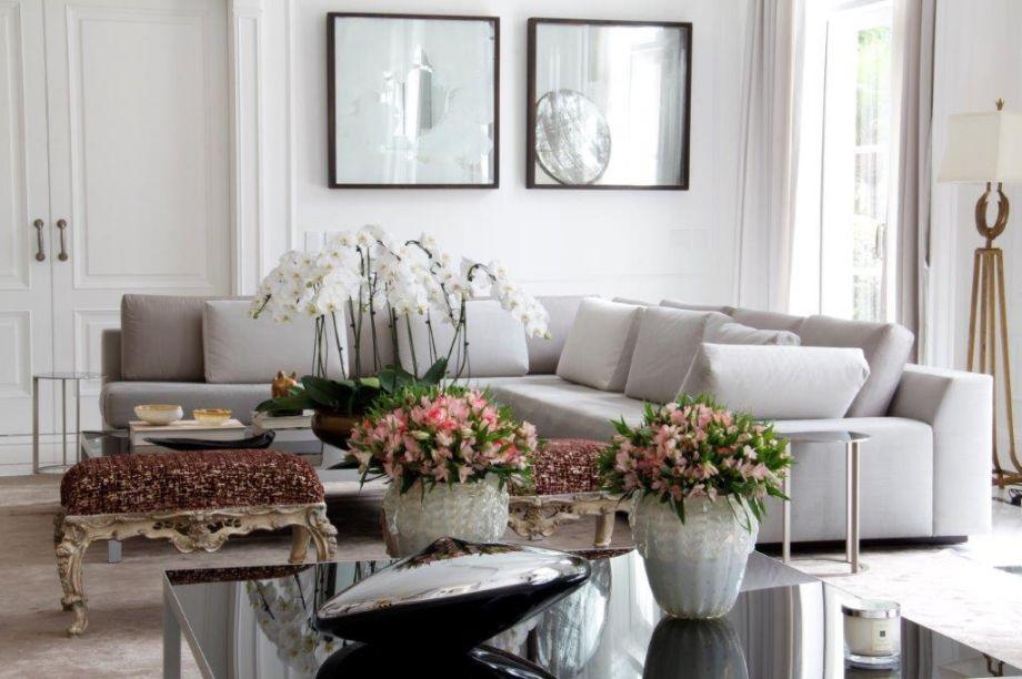 A sobriedade dos tons desta sala de estar compõem com peças minimalistas e resultam num ambiente sofisticado. Os pontos de cor ficam por conta das flores, sempre presentes nesta morada.