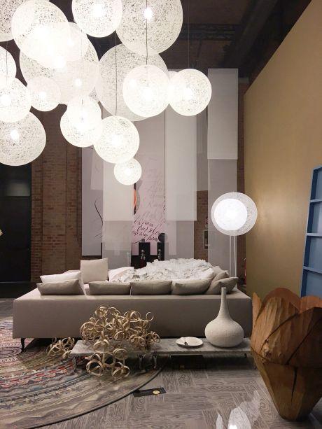 """<strong>Moooi - A Life Extraordinary</strong> - A Moooi apresentou suas novas peças sob o tema """"A Life Extraordinary"""".Criadas a partir de sonhos dos designers, os novos objetoselevam o conceito de sofisticação e conforto para outro nível.<span>Explorando o mundo dos interiores, a showroomdeste anotrouxe, em diferentesambientescom sua própria estética e funcionalidade, ideias da marca sobre hotéis, restaurantes, lobbies, escritórios, casas e bares. Com a hospitalidade em mente, a atmosfera extraordinária buscaconvidar as pessoas a imergir na mostra.Se você não foi a Milão, é possível conferir o showroom de 1700 m², que foi transformado em um confortável e acolhedorespaço de luxo e criatividade, no tour 3D, <a href=""""https://www.moooi.com/inspirations/360-panorama-view-new-collection-presentation-salone-del-mobile-2017"""">clicando aqui!</a></span>"""