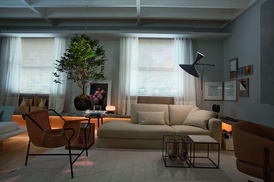 No espaço de Nildo José, na última edição da CASACOR São Paulo, além da jabuticabeira suspensa, outra ideia chama a atenção. Trata-se da luminária Lampe de Marseille (Cassina), criada por Le Corbusier (1887-1965), posicionada de forma a ilustrar o sol nutrindo a pequena árvore.