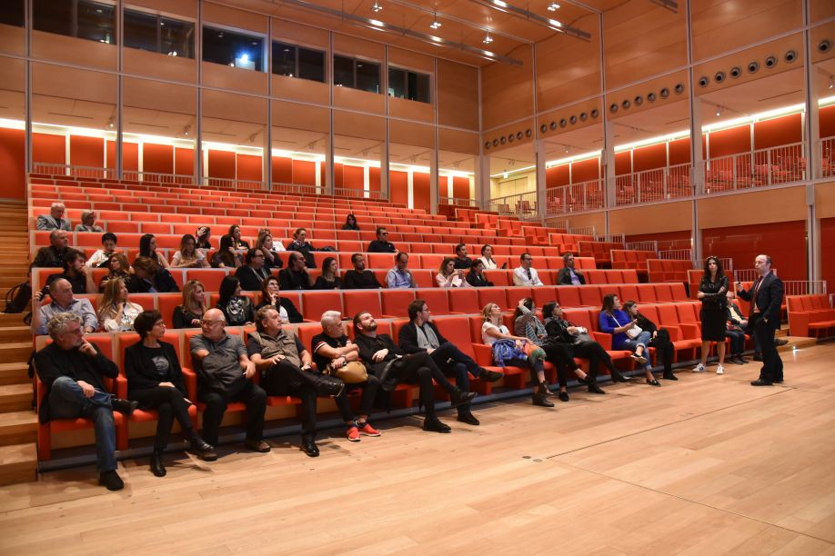 Convidados acompanham palestra com o engenheiro responsável pelo prédio