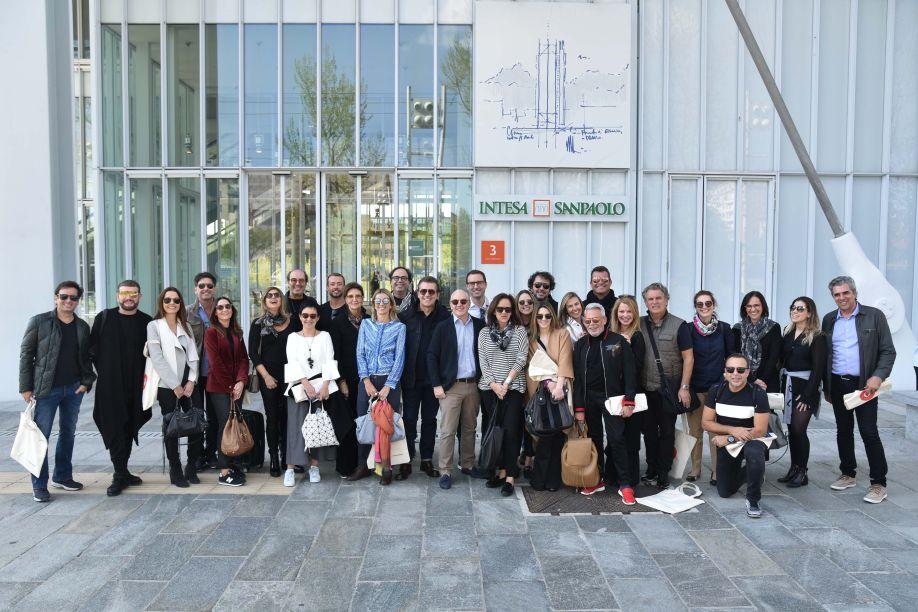 Convidados reunidos em frente ao prédio projetado pelo arquiteto Renzo Piano
