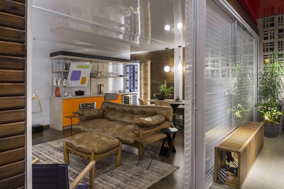 Cláudia Zuppani - Casa Nômade Renault. O mobiliário é despojado, com uma pegada masculina e jovem. O piso de madeira ecológica aquece o espaço, onde o grande destaque é a versão da Mole, de Sergio Rodrigues, no formato de sofá.