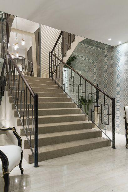 Meire Santos - Espaço das Artes . A arquiteta conservou piso e corrimão originais, bem como o piso em mármore travertino. A parte inferior da escada foi atualizada com o revestimento de espelho.