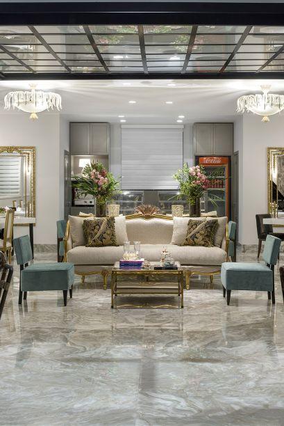 Milena Niemeyer - Café e Patisserie. Um café do século 18, com recursos e funcionalidades atualíssimos. Com essa premissa, Milena convocou o neoclássico e deu outra roupagem, ao equilibrar o glamour de dourados, mármores, boiseries e luminárias em murano com peças de linhas retas.