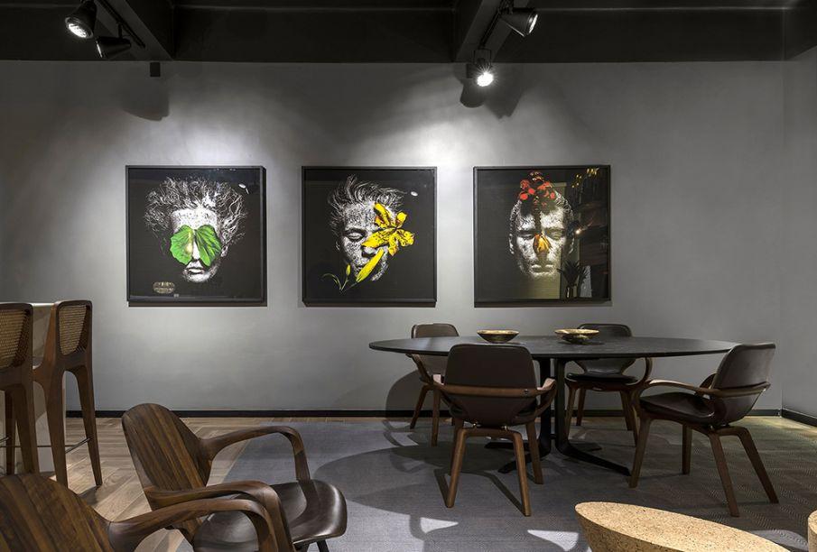 Victor Tomé - Studio 10. Os 10 anos de formação do arquiteto são celebrados no espaço com ares de loft. A ambientação sóbria é ideal para destacar as obras do artista Gabriel Wickbold, parte do acervo pessoal do arquiteto.