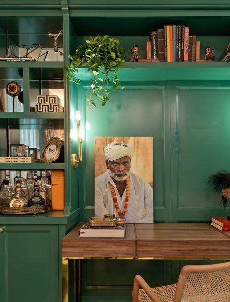 Sala de Leitura - Laura Giassi Morastoni e Homero Marques. O verde deu o tom das bibliotecas de estilo inglês, que guardam referências trazidas das viagens dos profissionais. A mescla é interessante, entre o desenho neoclássico junto ao étnico e o contemporâneo.