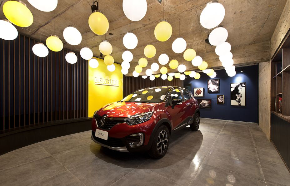Lounge Renault - Bruno Colle. O concreto aparente vem associado às formas retas, neutralizando o cenário para destacar o automóvel. O Captur também é valorizado pelo projeto luminotécnico, que inclui 60 pendentes e mais de 10 projetores.