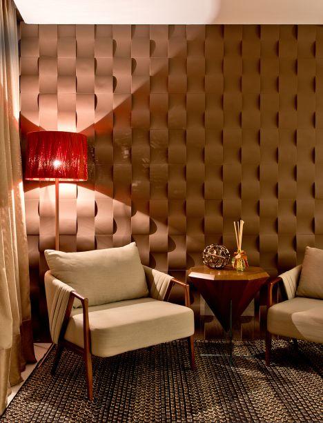 """<span style=""""font-weight: 400"""">Loja Mess Brushes - Thais Giusti. A loja de fragrâncias convida a uma viagem pelas charmosas cidades francesas de Paris e Bordeaux. Visualmente, as referências são ao novo clássico, em equilíbrio com materiais atuais como o gesso 3D que reveste uma das paredes. </span>"""