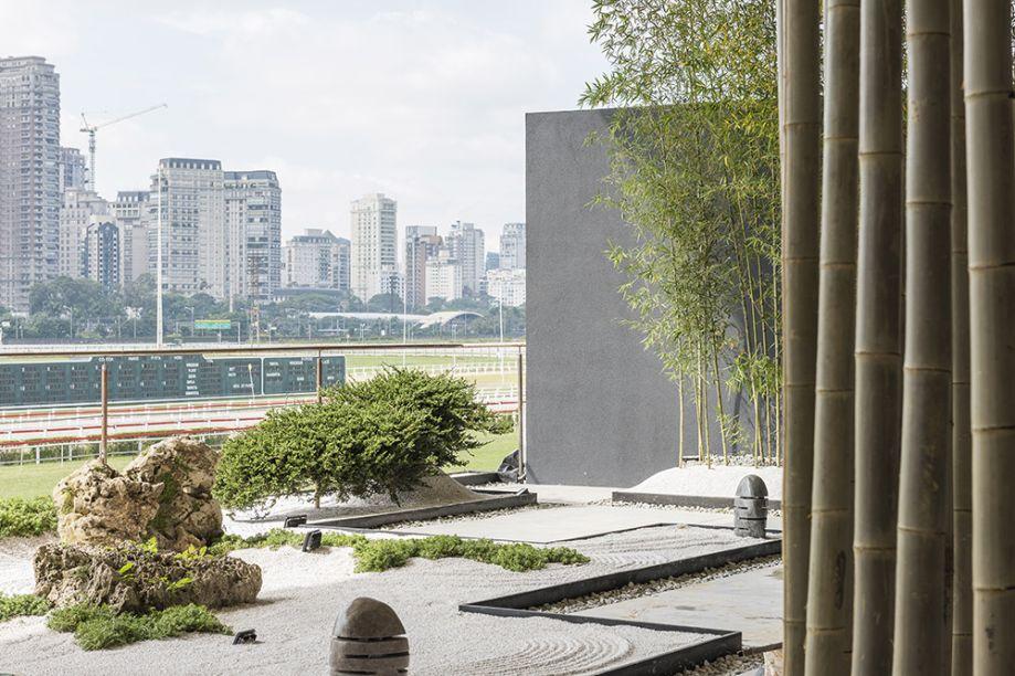 Alalou Paisagismo - Espaço Zen. Felipe e Maria Lúcia Alalou propõem uma nova forma de contemplar a vista do Jockey, a partir de um jardim japonês. Pedras rústicas remetem a montanhas e a areia, ao percurso da vida. O protagonista é o bambu, em toras que formam uma cortina.