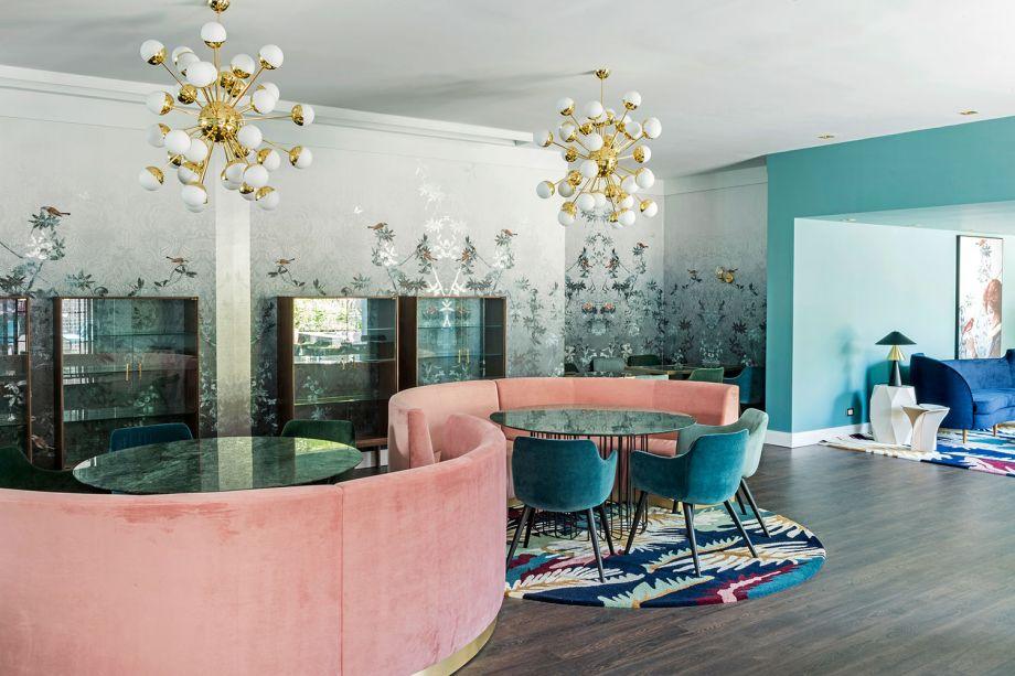 Patrizia Genovese e Guilherme Longo - Restaurante. O verde greenery, o rosa pálido e seus tons complementares comandam a estética retrô, somados aos móveis estofados em veludo. Para finalizar, vidros coloridos e detalhes em dourado.