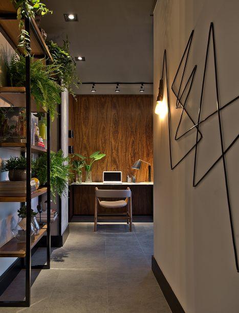 O Home Office do Designer (20 m²), projetado por Cassiana Rubina, foiinspirado no design brasileiro. Feito para um designer solteiro que ama arquitetura contemporânea e industrial, o lugar valoriza aarquitetura mais limpa e simples, mas sem abrir mão da sofisticação.