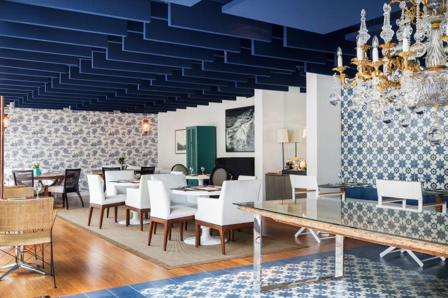 Alessandra Castro - Boulangerie. Referências à azulejaria portuguesa encontram elementos franceses, como o papel de parede toile de jouy. No teto, baffles – forro de garrafas PET, que formam ondas - absorvem e amenizam o som, promovendo conforto acústico.