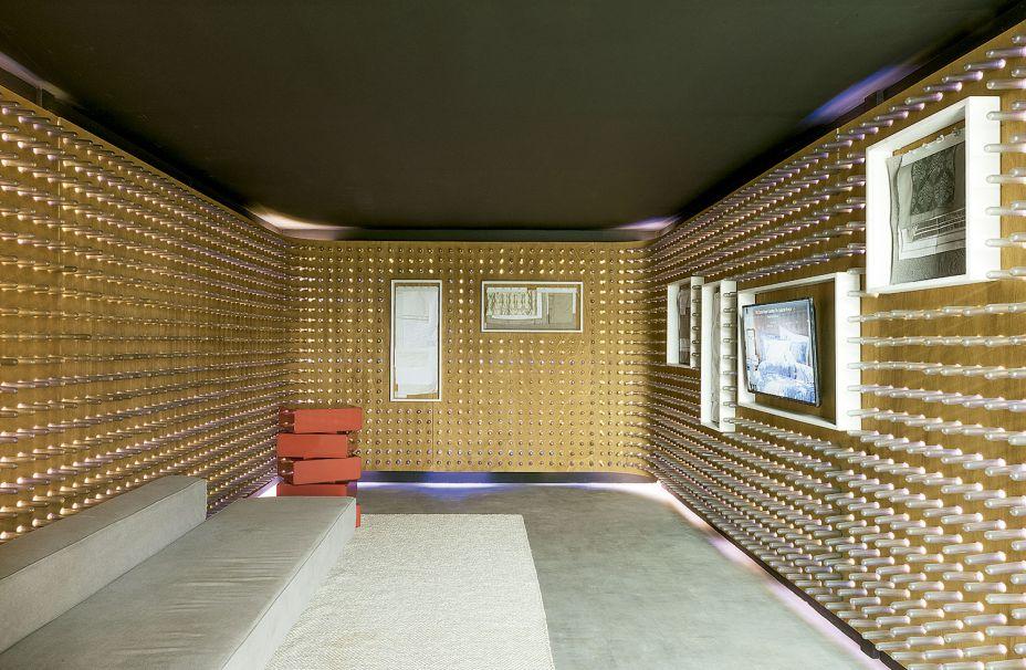 TresZeroSete - Loja mmartan / Casa Moysés. Nas paredes foram dispostas 5 mil lâmpadas de LED, em uma ideia original de André Britto, Caio Ferraz e Kamal Yazbek. Com o recurso, é possível variar a cartela de cores do ambiente, que exibe os tecidos como uma galeria - mas onde é permitido tocar.