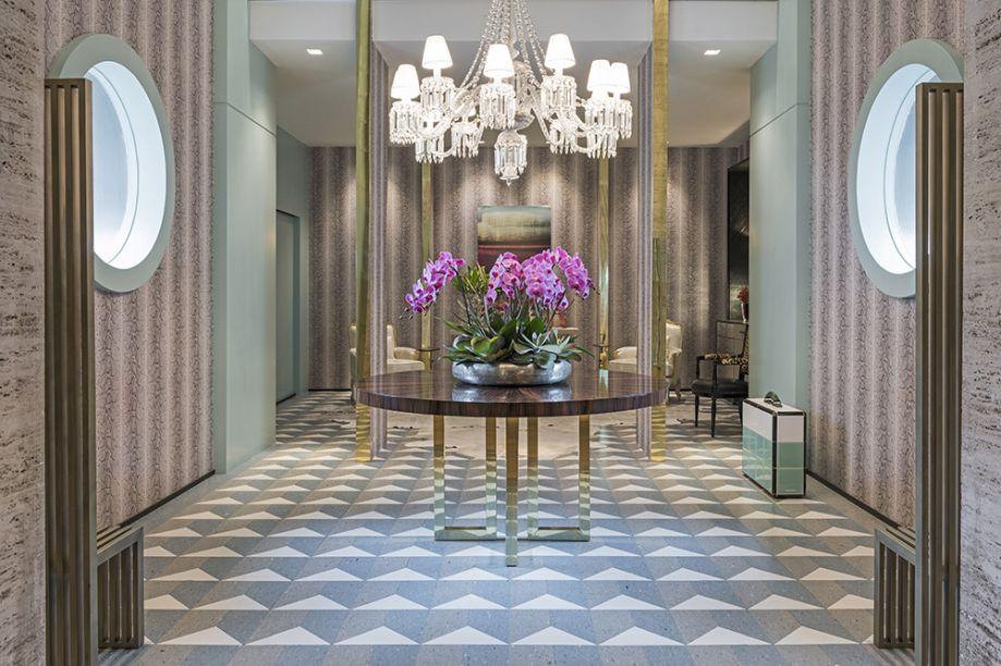 Maurício Karam - Lounge dos Lofts. Elementos modernistas, toques clássicos e geometrismos art déco conversam no espaço que remete ao lobby de um bom hotel. Nas paredes, o papel especial reproduz uma pele de cobra.