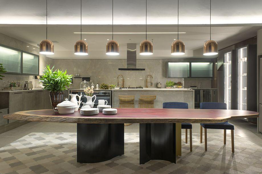 Patricia Pasquini - Cozinha Urbana. A mesa com tampo de madeira maciça roxinho, da designer Amélia Tarozzo, é peça-chave do espaço. Ele foi centralizada sobre o tapete de ladrilhos hidráulicos, que combina diferentes tons e texturas.