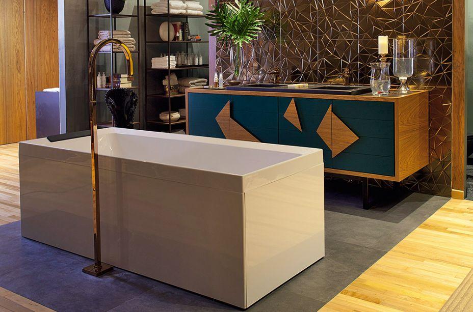 Paula Leme e Luciana Bicheri - Lounge da Sala de Banho. A banheira de hidromassagem marca o centro do espaço de 60 m². A madeira é calorosa e ganha a companhia de materiais com ar sofisticado, como vidros e o painel metalizado.