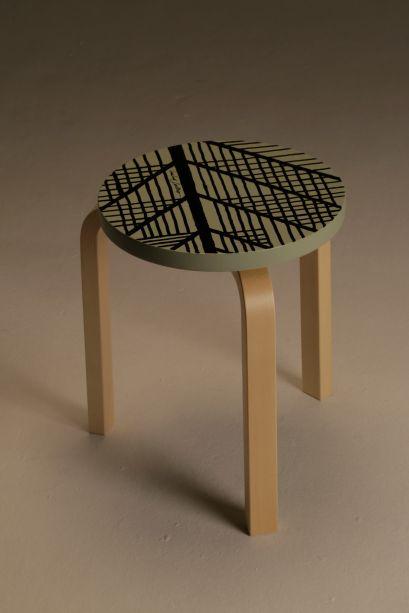 """Manoel Coelho buscou inspiração nas origens da famosa Stool 60, reverenciando sua base em sua recriação. """"Já fui árvore"""" é uma homenagem ao arquiteto e sua obra, ambos referência de um design moderno e inovador."""