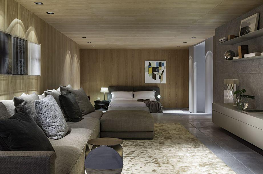 Studio 011 - Loft SP. Ao contrário do que sugere o nome, Barbara Gomes e Giulliana Savioli não optaram pelo estilo industrial. Com 112 m² e dois pavimentos, o ambiente é revestido em carvalho americano, uma madeira clara que casa com os tons neutros.